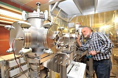 Der Freie-Elektronen-Laser im HZDR erzeugt quasi einfarbiges Licht im infraroten Bereich, dessen Wellenlänge frei einstellbar ist.