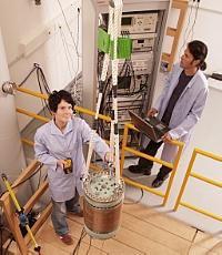Mitarbeiter des Hochfeld-Magnetlabors Dresden bereiten eine Magnetspule für ein Experiment vor